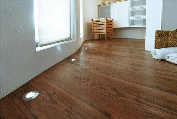 Holzboden mit Bodeneinbaustrahler