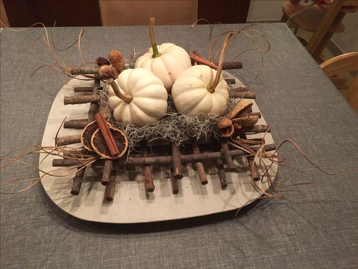 Herfststuk gemaakt van pompoenen op tilapia, gedroogde sinaasappels, kaneel, noten en gedroogde bessen.