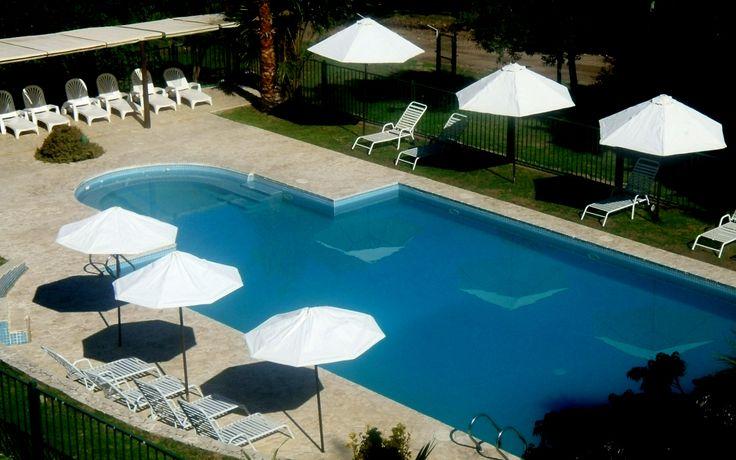 La piscina vista desde el balcon de una suite