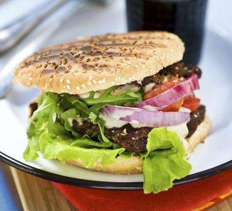 Naudanlihahampurilainen tahinikastikkeella. Hampurilaisen jauhelihapihviä maustaa seesaminsiementahnalla ja sitruunamehulla siivitetty kastike. / Beef burger with tahini sauce.