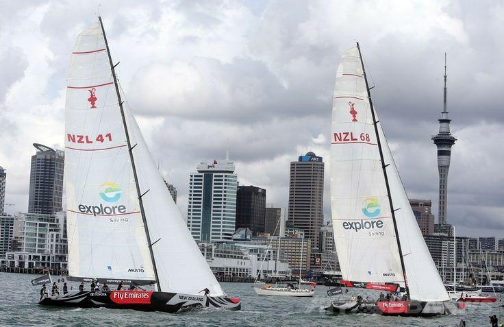 ニュージーランド・オークランド(Auckland)のワイテマタ湾(Waitemata Harbour)で行われたヨットのマッチレースで対戦する英国のウィリアム王子(Prince William)のチーム(左)とキャサリン妃(Catherine, Duchess of Cambridge)のチーム(右、2014年4月11日撮影)。(c)AFP/Michael Bradley ▼11Apr2014AFP|英王子夫妻がヨット対決、勝者はキャサリン妃 NZ http://www.afpbb.com/articles/-/3012409 #Auckland #WaitemataHarbour #PrinceWilliam #Catherine #DuchessofCambridge
