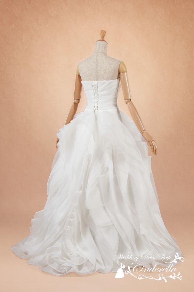 大人フリルがエレガントなセレブウェディングドレス | Cinderella & Co.