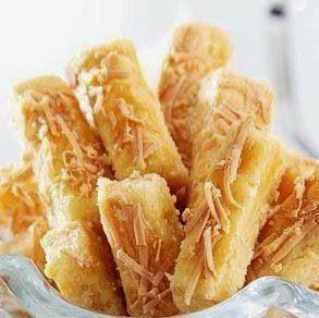 - 450 gram tepung terigu - 250 gram keju, diparut - 200 gram mentega tawar - 100 gram margarin - 50 gram susu bubuk full cream - 3 butir kuning telur - 1 sendok teh garam                     Olesan : - 50 gram keju cheddar parut - 1 kuning telur ayam 0.8x0.8x5cm. 160C 30'
