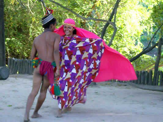 Festival Dividivi Este festival nació en el año de 1969 bajo el mandato de la alcaldesa Doña Ernestina Serrano. Es sin lugar a dudas el evento que identifica a La Guajira en el concierto nacional, que integra al departamento cada año con el resto del país.   Recibe este nombre a partir del árbol del Dividivi, que se considera simbólico del departamento, ya que crece silvestremente allí. Su fruto es como una vainita enroscada y tiene una sustancia llamada tanino que sirve como materia prima…