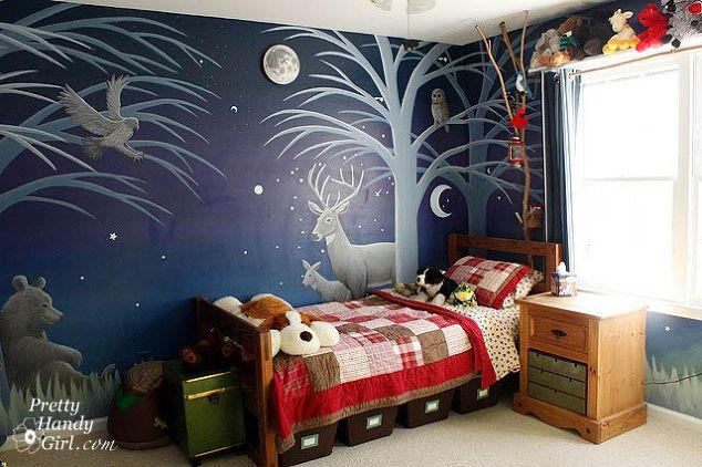 campeggio camera da ragazzo a tema s, idee camera da letto, decorazioni per la casa, idee scaffalature, lato notturno con gli animali della foresta illuminata da una luce su luna