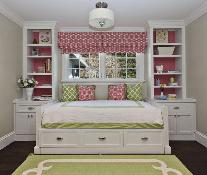 Диван-кровать под окном в детской   #детская #диван #зеленый #окно #розовый
