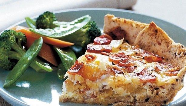Τάρτα με βάση από ψωμί του τόστ, αυγά, μπέικον και τυριά. Μια πανεύκολη συνταγή, για αρχάριους και ένα υπέροχο πρωϊνό ή και πρόχειρο αλλά πεντανόστιμο και χορταστικό γεύμα ή δείπνο της στιγμής. Συνοδεύστε το με