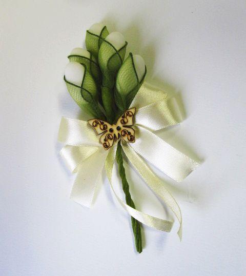 Hagyományos esküvői köszönetajándék új köntösben: cukrozott mandula tüll szirmokba zárva, szalaggal és fa pillangóval díszítve. Böngéssz számtalan köszönetajándékunk között: http://eskuvoidekor.com/koszonetajandekok