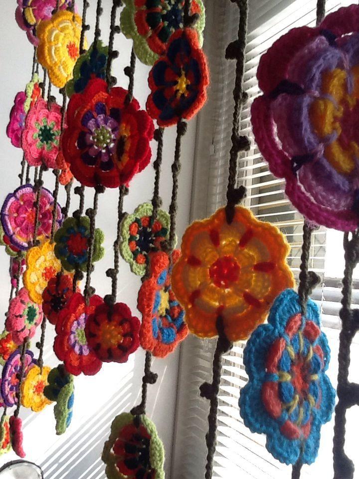 Inspiraci n guirnaldas de flores de ganchillo cortina for Cortinas de ganchillo