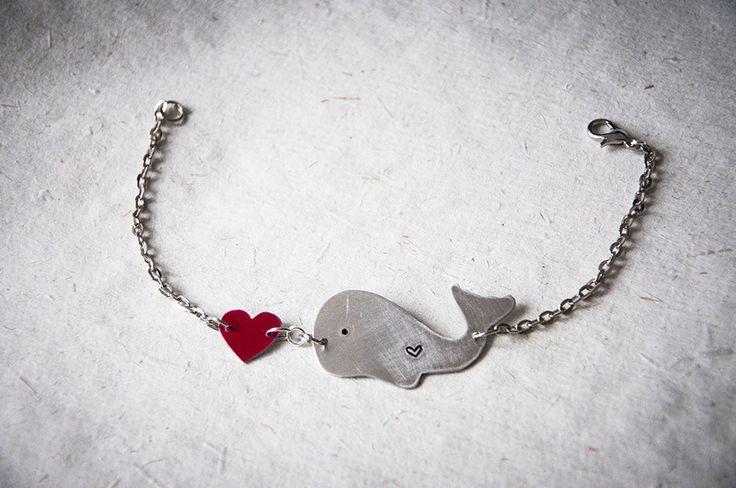 Braccialetto in metallo con balena e cuore rosso di Gioielli fatti a mano da SilviaWithLove - prodotti unici e personalizzati  su DaWanda.com