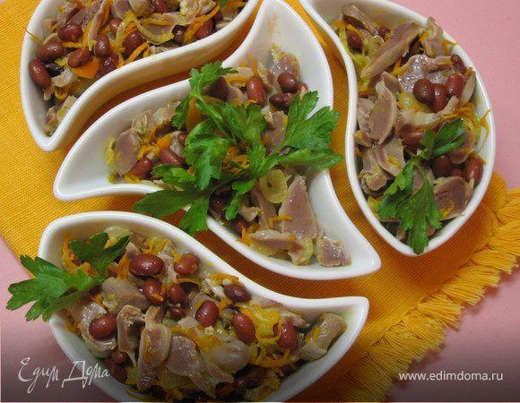 Салат из куриных желудочков с фасолью. Ингредиенты: лук репчатый, морковь, фасоль красная консервированная