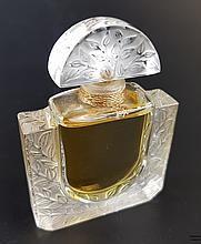 """Lalique-Flakon - Kristallglasflakon 'Chevrefeuille' (Geißblatt) Edition Limitée 1992,farbloses Glas, z.T. mattiert, seitlich signiert 'Lalique, Paris', bez.""""H 425"""", rechteckiger Korpus mit Geißblatt- Reliefdekor, mit Parfum original verschlossen,"""