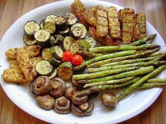 Секрет мангальщика: всего 10 минут в этом маринаде подарят овощам-гриль необыкновенный вкус!      Такие овощи послужат прекрасным гарниром к шашлыкам и закуской к спиртным напиткам. Кроме того, они считаются диетической пищей.      Отлично для этого подходят кабачки, баклажаны, болгарский перец, репчатый лук, спаржа, цветная капуста, картофель, морковь, помидоры и даже огурцы. Особенно хороши грибы — это просто наслаждение.      Если просто запечь овощи на мангале, то они быстро потеряют…