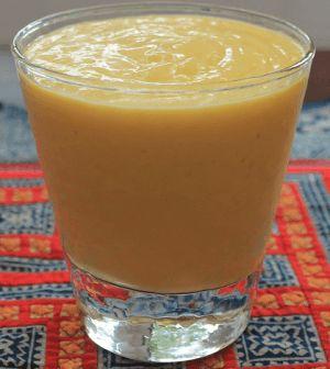 Smoothie met bleekselderij, spinazie en mango