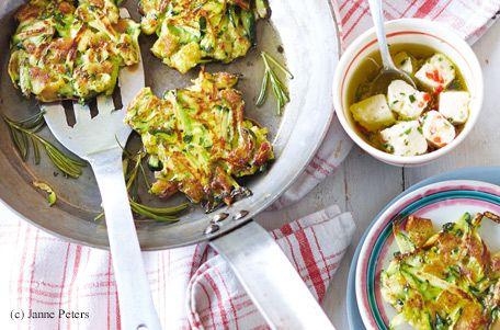 Zucchini-Puffer mit mariniertem Feta