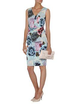 Anemone strakke midi jurk met bloemendessin van Phase Eight. Dit vrouwelijke exemplaar is vervaardigd uit een gladgeweven kwaliteit en is voorzien van een verfijnde V-hals. Aan de voorzijde is de jurk vanaf de taille verrijkt met plooien, de achterzijde is uitgerust met een blinde ritssluiting.