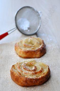 Roses feuilletées aux pommes Tentation 250 à 300g de pâte feuilletée 50cl d'eau 5 cas de sucre en poudre 2 à 3 belles pommes 1 peu de cassonade 1 peu de sucre glace