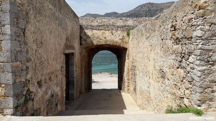Vista del mare da un gate nell'isola di Spinalonga - Creta