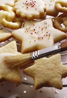 Butterplätzchen - Weihnachtsplätzchen: Leckere Plätzchenrezepte für Weihnachten - Butterplätzchen wie bei Oma dürfen auf keinem Plätzchenteller fehlen! Die Butterplätzchen-Glasur ist Geschmacksache, denn es gibt verschiedene Möglichkeiten...