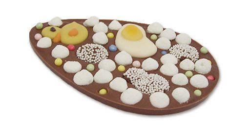 Heerlijk paasei van melkchocolade met parels en snoep