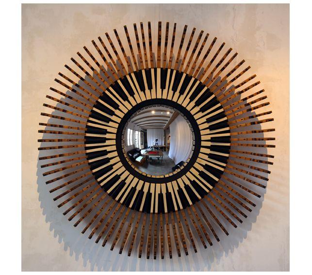 #Espejo #convexo de #AlejandrodelaTorre de 40 cm. Ø, enmarcado en un teclado de piano. 114x114x12 cm. #convex #mirror #mirall #diseño #design #disseny #barcelona