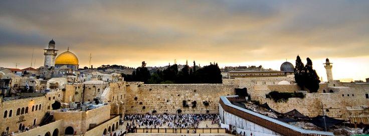 ISRAËL : Israël est un pays du Moyen-Orient bordé au nord par le Liban, à l'est par la Jordanie et la Syrie, et par l'Égypte au sud-est. Le flanc ouest du pays est constitué par la côte méditerranéenne. Israël ne possède pas de capitale au sens propre du terme même si les autorités désignent Jérusalem (770 000 habitants), qui tient une place prééminente dans les religions juive, chrétienne, musulmane.