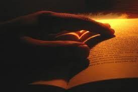 Sfogliare un libro che amo e leggerlo assaporando ogni parola