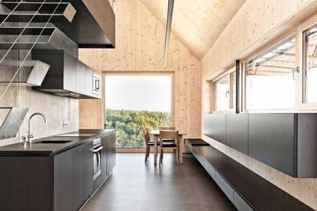 V černé barvě je provedena kuchyňská linka, části konstrukce schodiště, interiérové dveře..
