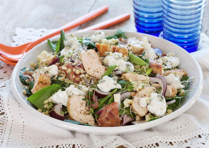 Herlig oppskrift på kyllingsalat med bulgur, bacon, filet av kylling, grønne bønner, rødløk og fersk babyspinat.