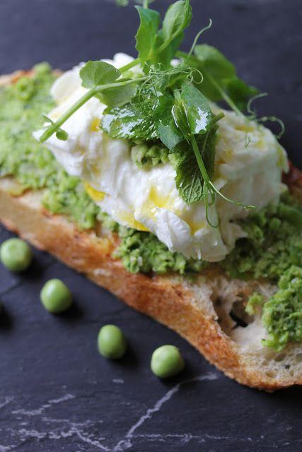 Crostini de saison à l'écrasée de petits pois , menthe et mozzarella | On dine chez Nanou