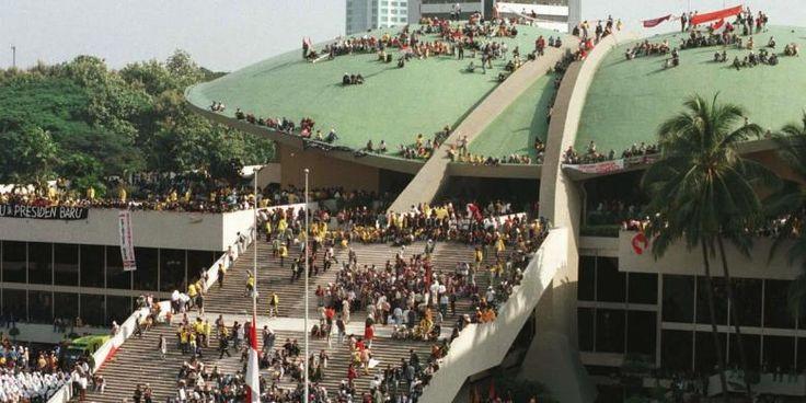 18 Mei 98 Ribuan Mahasiswa Kuasai Gedung DPR-MPR