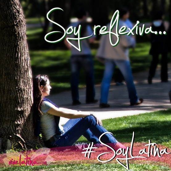 Como amo ese momento en que cierro los ojos y me sumerjo en mi interior. Soy reflexiva. Soy Latina. Fotografía de Ángel Rodríguez Rey.