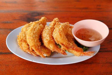 Indbagte rejer (Goong Tod ) – Indbagte rejer, kylling osv. er ikke en ret fra Thailand. Mange kender det fra Japan, hvor man kalder det tempura (hvilket det også kan findes som i Thailand). Man kan også finde en del indbagte ting i det kinesiske køkken. De indbagte rejer er perfekte som en lille forret og kan med fordel kombineres med en hjemmelavet sød... #hvidløg #rejer #sødchilisovs