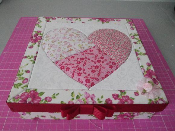 Caixa em MDF toda forrada com tecido 100% algodão. Técnica de patchwork embutido.