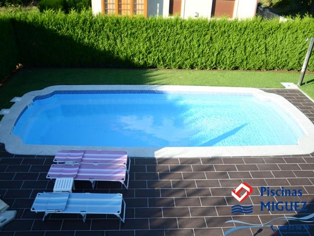 """Piscina de Poliéster Modelo Olympia 10 (10,00 x 4,00 x 1,10/1,98 m) (Serie Compacta), instalada por Piscinas Míguez en Santiago de Compostela, con sistema de electrólisis salina, acera en piedra de 50 cm ancho, Local Técnico modelo """"Doble Tumbona"""" y Acera perimetral en Porcelánico imitando Madera.    Más info del modelo en:  http://www.piscinasmiguez.com/piscinas-poliester/modelos/40/olympia-10"""