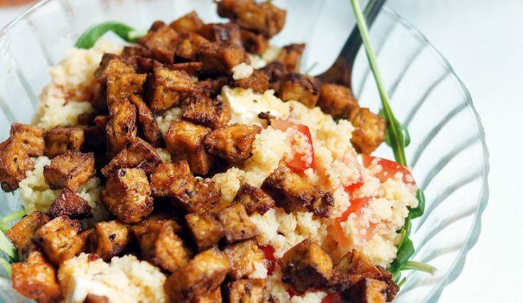 Couscous met tomaat, feta, tofustukjes met Mexicaanse kruiden en rucola