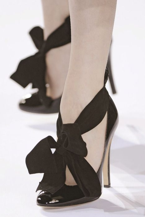 black beribboned pumps: Ties Shoes, Fashion Shoes, Bows Heels, Bows Ties, Black Bows, Woman Shoes, Black Shoes, Black Heels, High Heels