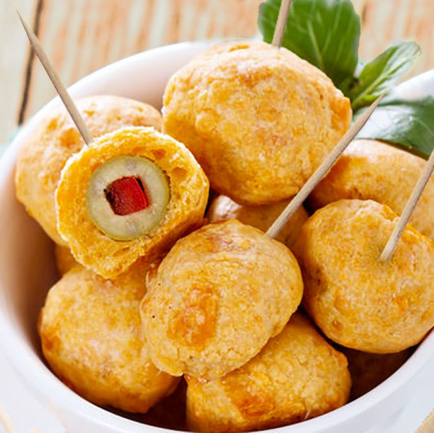 Estos buñuelos de aceitunas son un detalle original y fácil de preparar para reuniones y fiestas. Se pueden servir calientes o fríos.