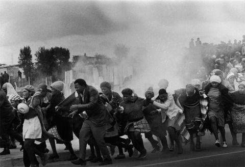 Agosto, 1977 LESLIE HAMMOND, SUDÁFRICA, THE ARGUS.  La policía desaloja con botes lacrimógenos el guetto de Modderdam, Cape Town, Sudáfrica, donde sus habitantes protestan contra la demolición de sus casas.
