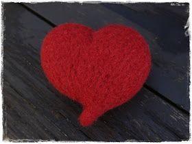 Små strikkede hjerter har man alltid bruk for til jul. De kan henges i vinduet, festes til pakker eller ligge på et fat som dekor. Disse er...