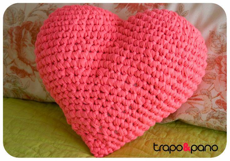 """Almofada em crochet """"coração"""" rosa"""