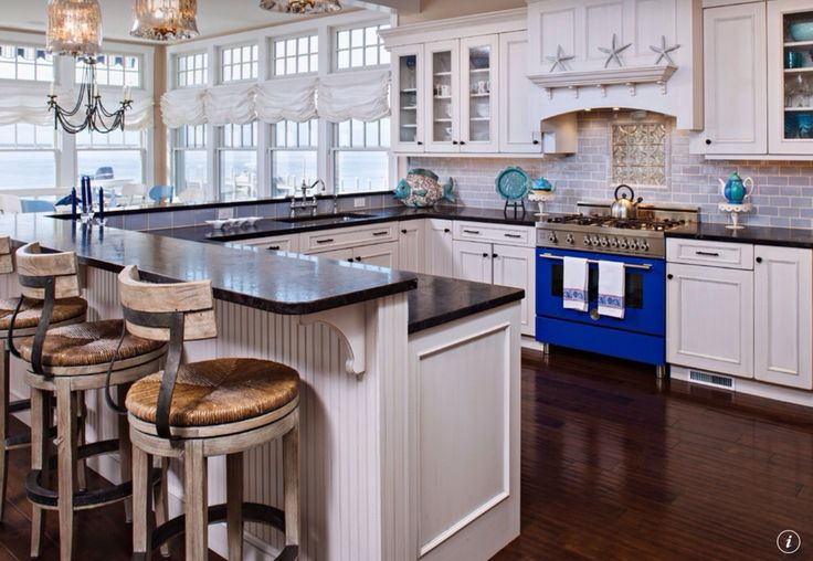 Cottage Kitchen With Standard Height Pendant Light