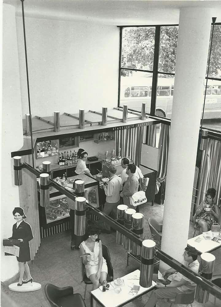 Utasellátó büfé az Engels téri pályaudvaron. 70-es évek.