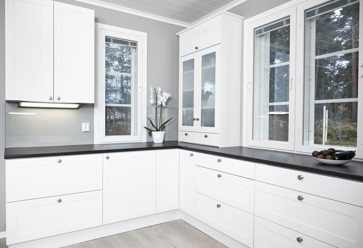 House2 keittiö - kitchen Ovi: Kaisla puhdas valkea Taso: Wenge