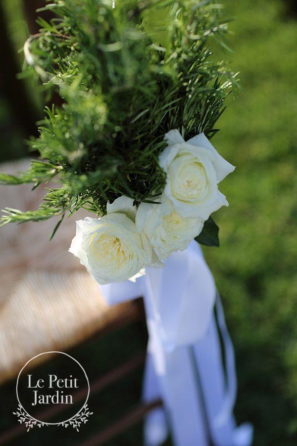 Esempio di mazzo da legare alle panche o alle sedie per la cerimonia: rosmarino, rose inglesi e nastri a cadere. Rustico, elegante, tipicamente toscano.