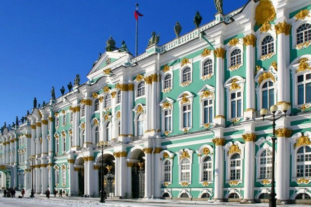 Der Fassadenschmuck des barocken Winterpalastes der Eremitage in St. Petersburg ist auf keiner der vier Seiten gleich, Russland