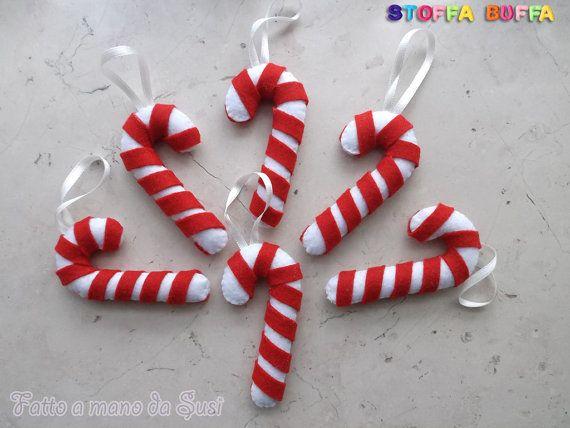6 bastoncini in feltro e pannolenci per decorare il tuo albero di Natale. Fatti a mano da Susi, che pratica il cucito creativo come hobby con amore e precisione in modo che i suoi manufatti possano durare nel tempo. Una simpatica idea regalo poco impegnativa per far sì che ogni Natale una persona cara pensi a te con tenerezza. Contengono imbottitura anallergica. Felt candy cane christmas tree ornament handmade gift