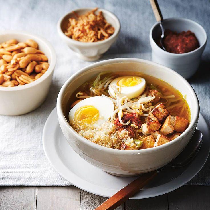 Dit soepje maak je in een handomdraai, zeker als je nog een beetje quinoa hebt staan van de dag ervoor. Serveer er gebakken uitjes en een lekkere (pittige) sambal bij om de soep nog meer smaak te geven.  Het recept voor dit deze soep komt uit het...