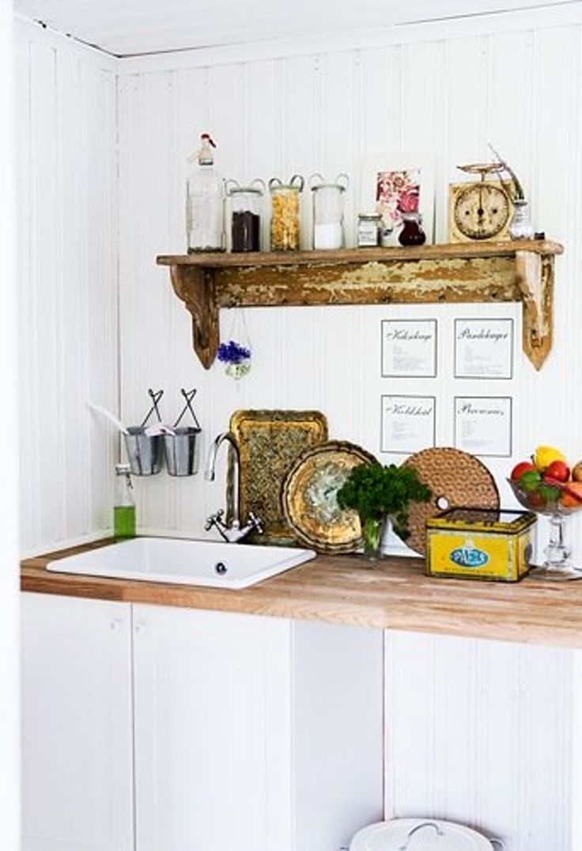 SVENSK LANDSTIL I SOMMERHUSET: Kjøkkenelementene fra IKEA sklir rett inn i den gammeldagse stilen på kjøkkenet. Veggene på kjøkkenet var i så dårlig forfatning at det måtte legges nytt panel. Valget falt naturlig nok på svensk trepanel i gammel stil | BoligPluss