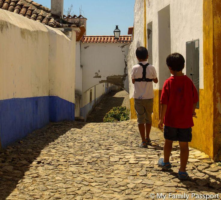 Excursiones desde Lisboa: Óbidos, un pueblo precioso de Portugal - via myfamilypassport 02.03.2015 | A poco menos de una hora de Lisboa, se encuentra el encantador pueblo de Óbidos. En nuestra ruta en coche por Portugal tuvimos la oportunidad de visitarlo y, aunque está bastante saturado de turistas, pudimos encontrar el encanto que mantiene este pueblo tan pintoresco.